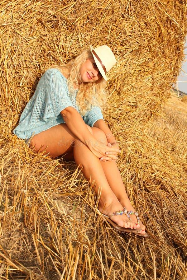 Download Красивая женщина около стога сена Стоковое Изображение - изображение насчитывающей outdoors, изображение: 33731117
