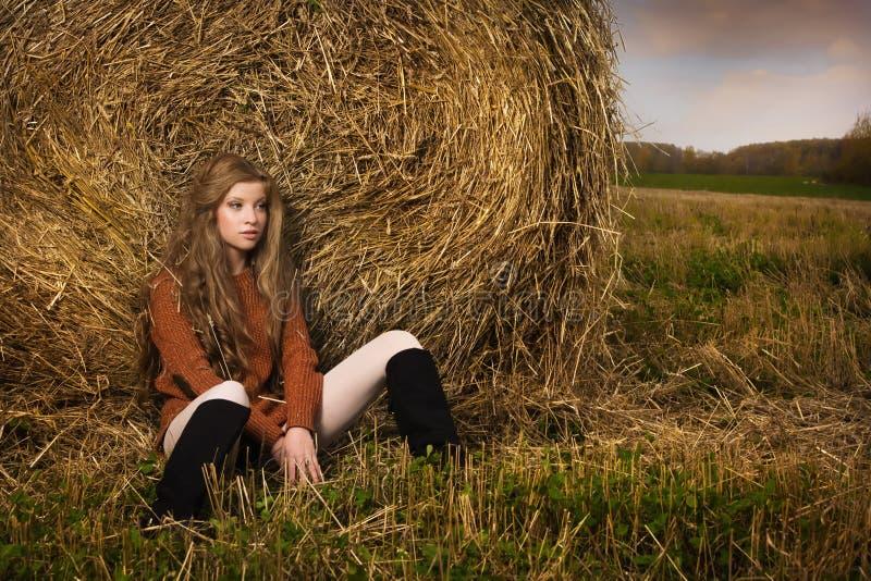 Красивая женщина около стога сена стоковые фотографии rf