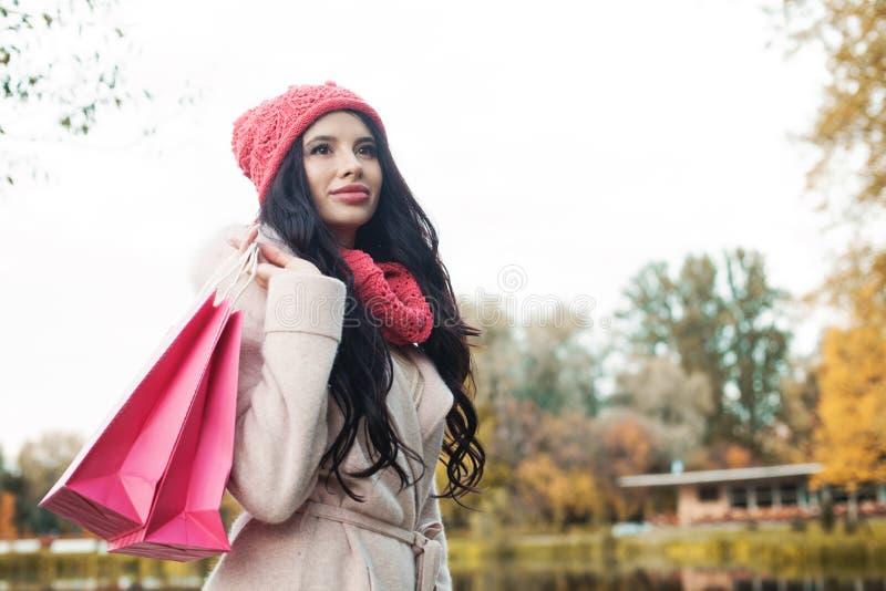 Красивая женщина осени с красочной хозяйственной сумкой стоковая фотография rf