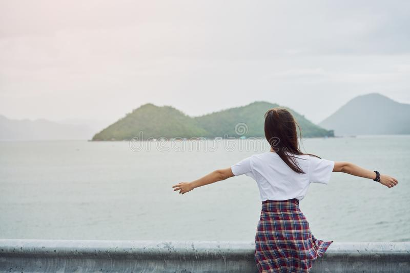 Красивая женщина ослабляя на лагуне Отпуск и лето стоковое фото