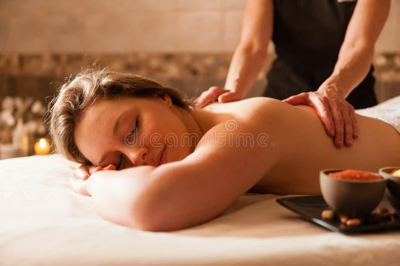 Красивая женщина получая массаж в курорте. стоковая фотография