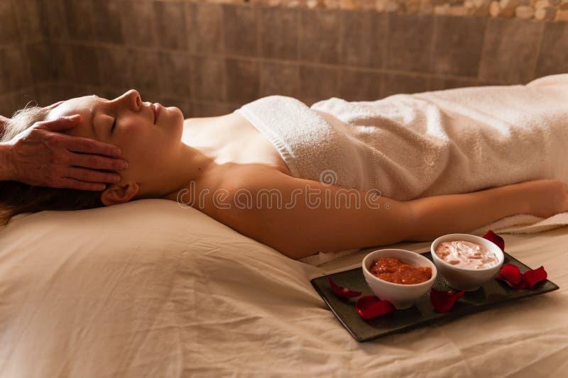 Красивая женщина получая массаж в курорте. стоковое изображение