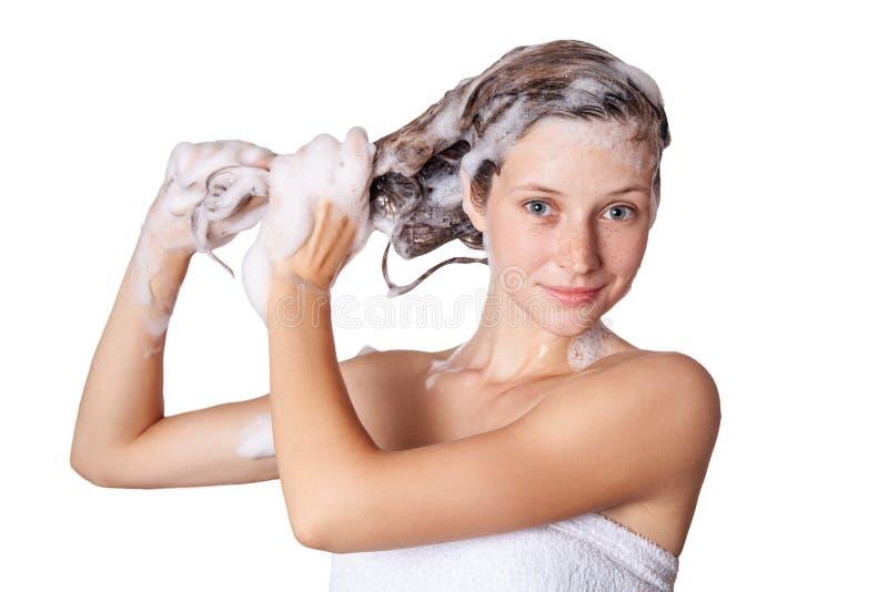Красивая женщина принимая ливень и shampooing ее волосы моя волосы с шампунем стоковое изображение rf