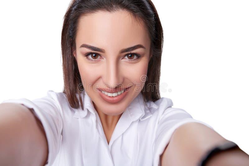 Красивая женщина принимая selfie стоковое изображение rf
