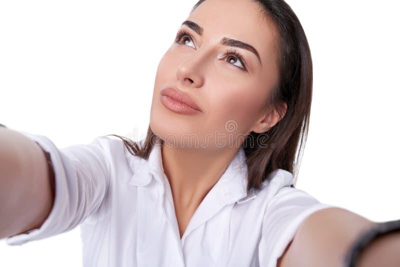 Красивая женщина принимая selfie стоковые изображения