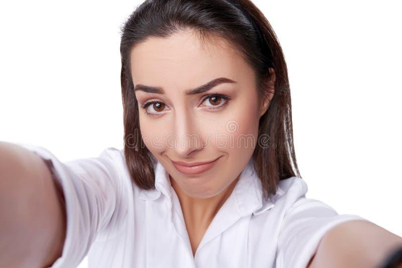 Красивая женщина принимая selfie стоковая фотография rf