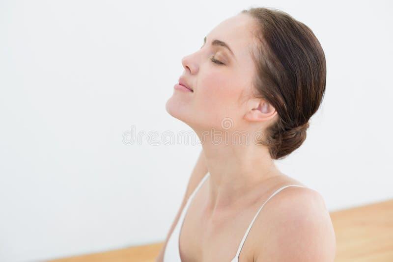 Красивая женщина при закрытые глаза стоковое фото