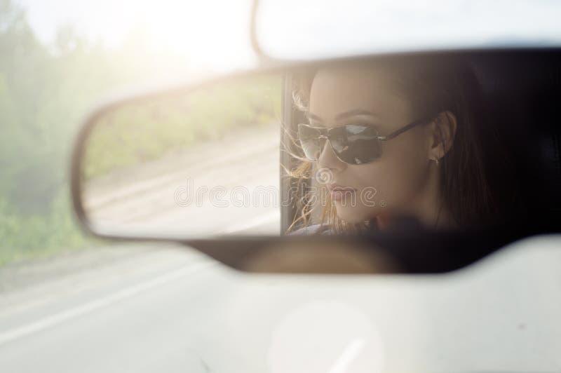 Красивая женщина путешествуя автомобилем стоковая фотография rf
