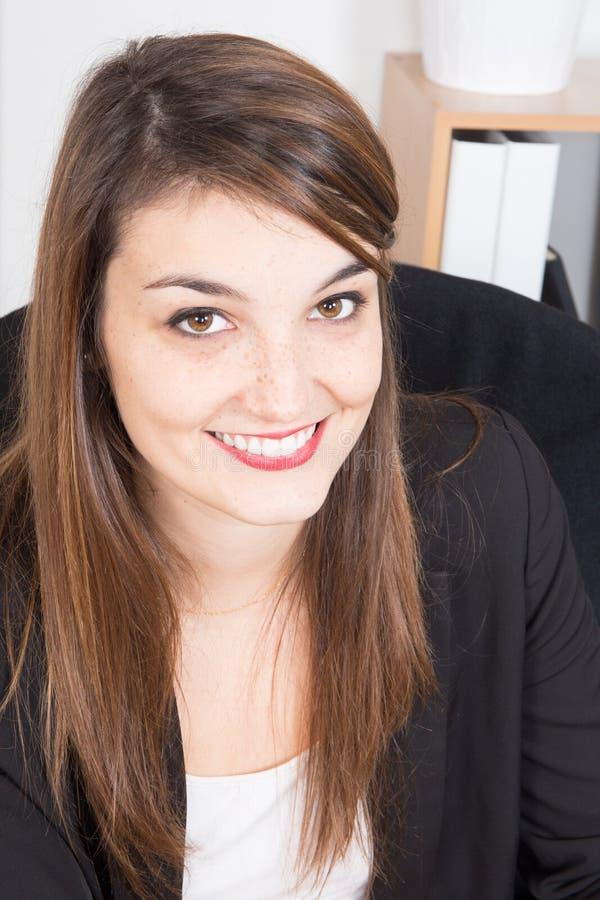 Красивая женщина работая на офисе стоковая фотография rf