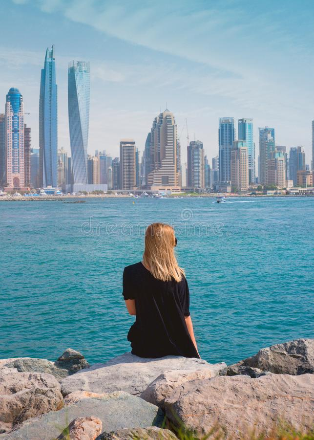 Красивая женщина распологая на камни - Дубай стоковое изображение
