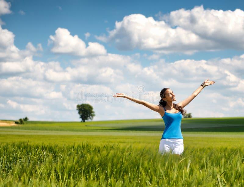 Красивая женщина радуясь ее свобода в природе стоковые фотографии rf