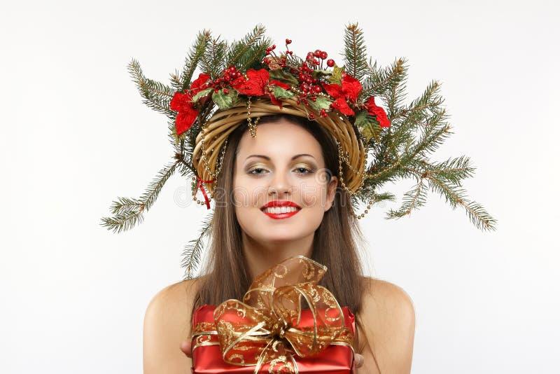 Красивая женщина рождества с подарком в руке стоковое изображение rf