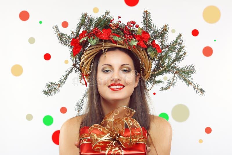 Красивая женщина рождества с яркими цветами стоковое фото rf
