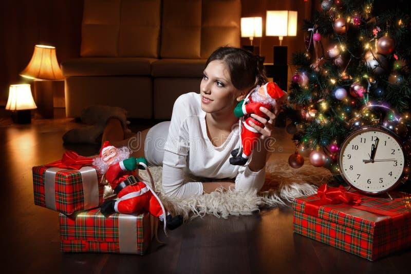 Красивая женщина - рядом с рождественской елкой стоковые фото
