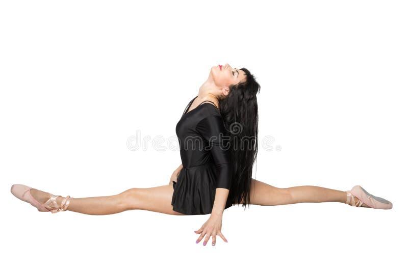 Красивая женщина сидит на шпагате стоковое фото