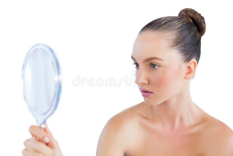 Download Красивая женщина смотря в зеркале Стоковое Фото - изображение насчитывающей свежесть, кавказско: 33739500