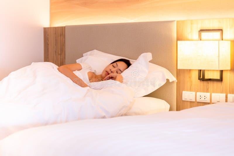 Красивая женщина спать хорошо в кровати с мягкой белой подушкой стоковое фото