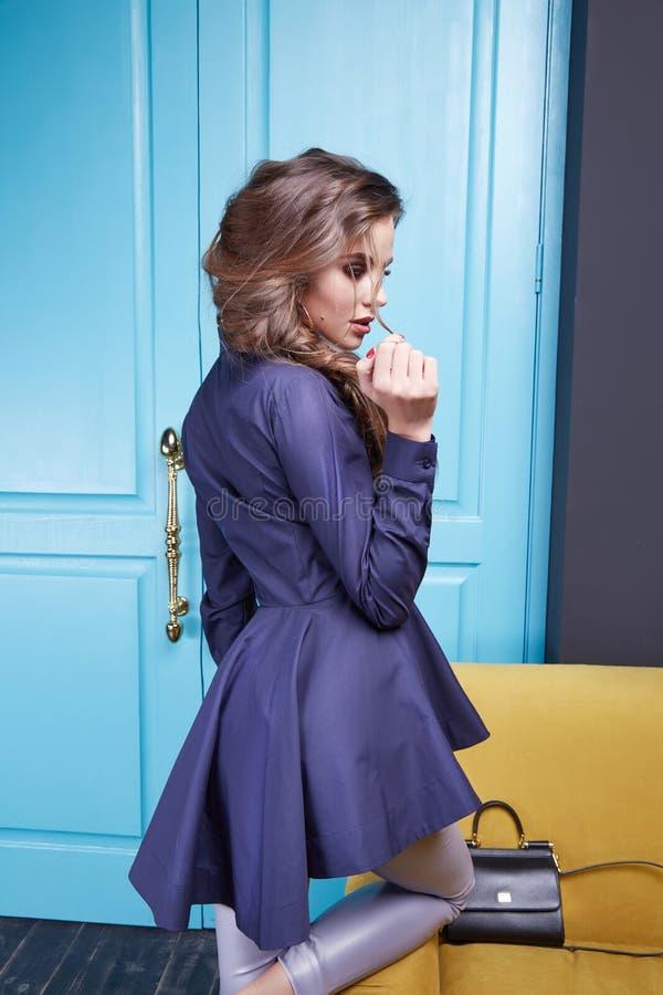 Красивая женщина стиля платья моды одевает состав стоковые фотографии rf