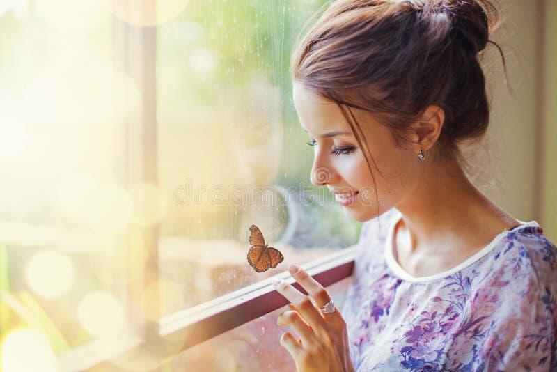 Красивая женщина с бабочкой стоковая фотография rf
