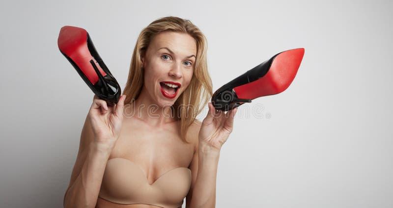 Красивая женщина с ботинками в ее руках стоковая фотография rf