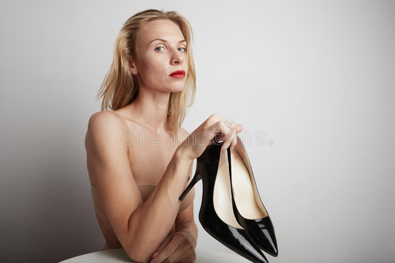Красивая женщина с ботинками в ее руках стоковые фото