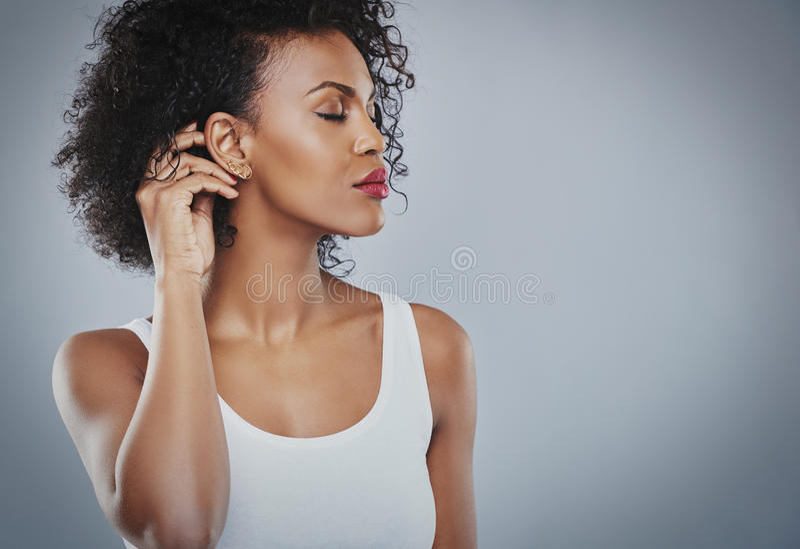 Красивая женщина с большой рубашкой черных волос белой, чернокожая женщина стоковая фотография rf