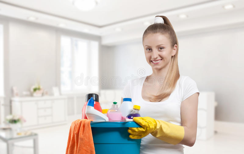 Красивая женщина с ведром поставек чистки suppliesf чистки стоковое изображение rf