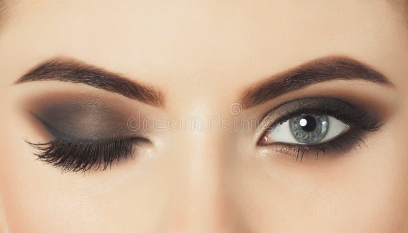 Красивая женщина с длинными ресницами и с красивым выравниваясь макияжем стоковые фотографии rf