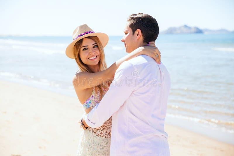 Красивая женщина с ее парнем на пляже стоковое изображение rf