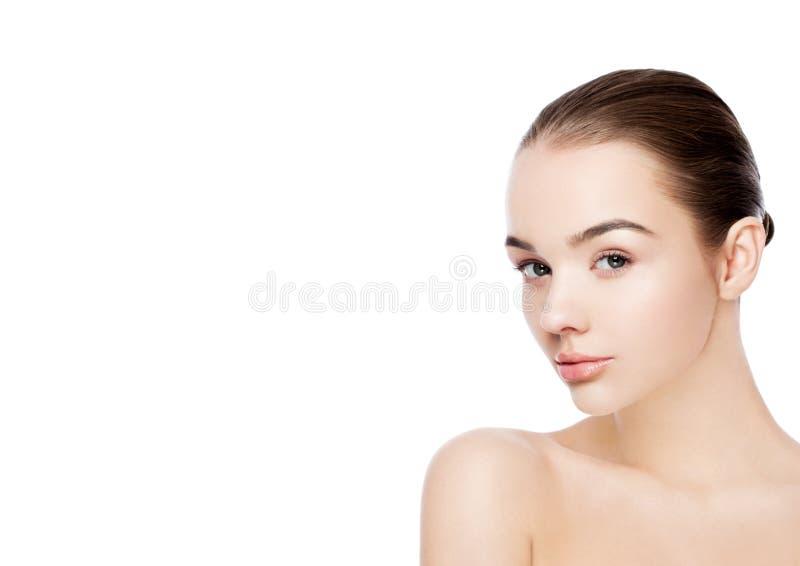 Красивая женщина с естественной заботой scin курорта состава стоковое фото