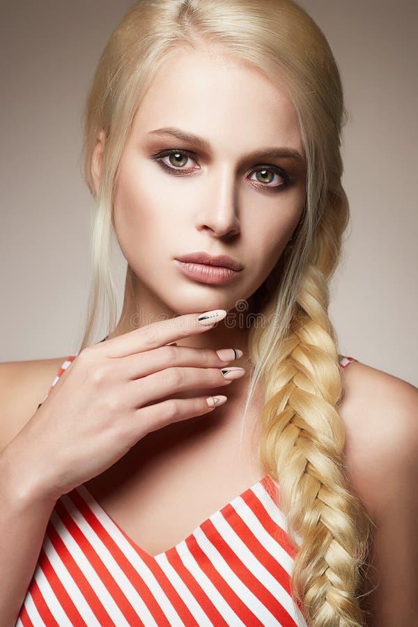 Красивая женщина с заплетенными волосами стоковая фотография rf