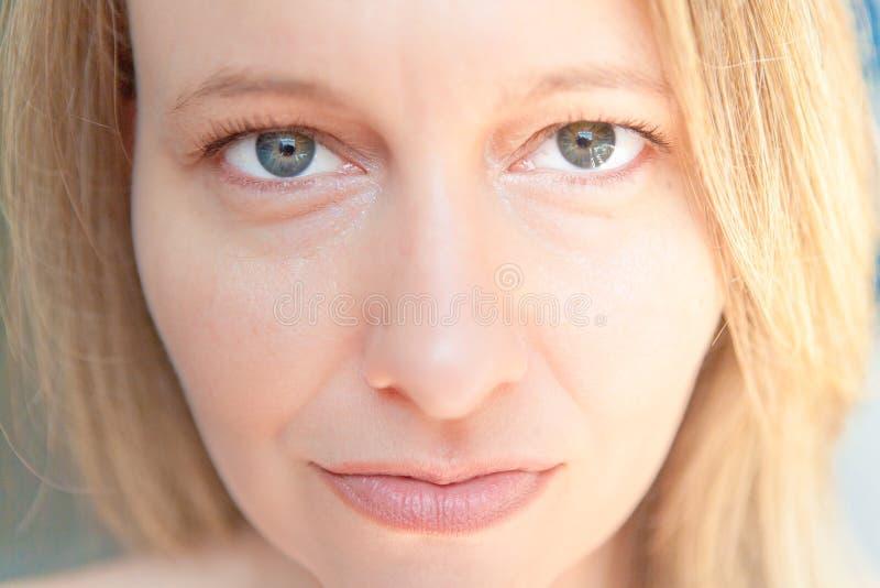 Красивая женщина с зелеными глазами и светлыми волосами стоковые фотографии rf