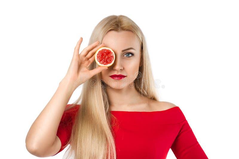 Красивая женщина с лимоном в ее руке стоковая фотография rf