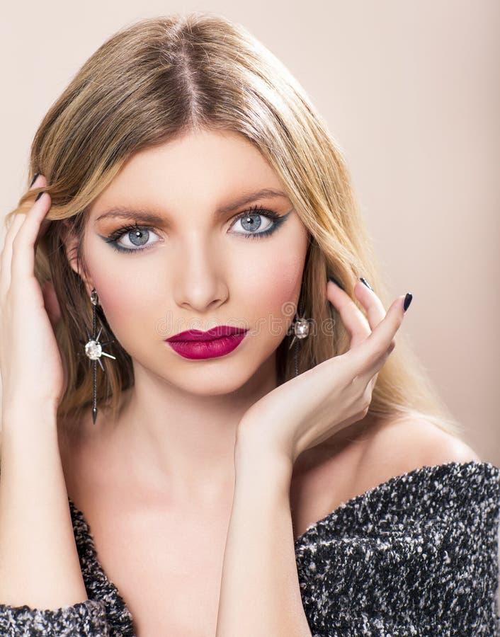 Красивая женщина с длинними прямыми светлыми волосами стоковые изображения rf
