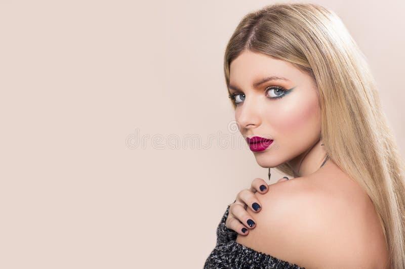Красивая женщина с длинними прямыми светлыми волосами стоковая фотография rf