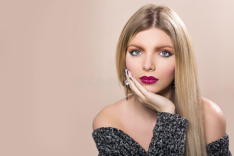 Красивая женщина с длинними прямыми светлыми волосами стоковое фото rf