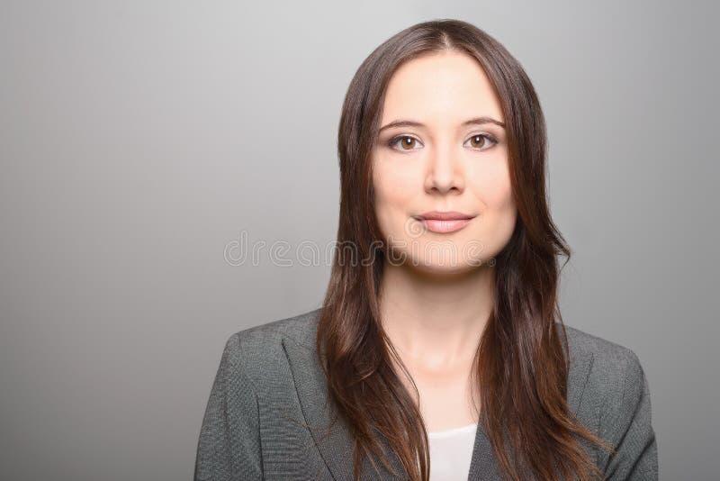 Красивая женщина с длинными волосами брюнет стоковое изображение