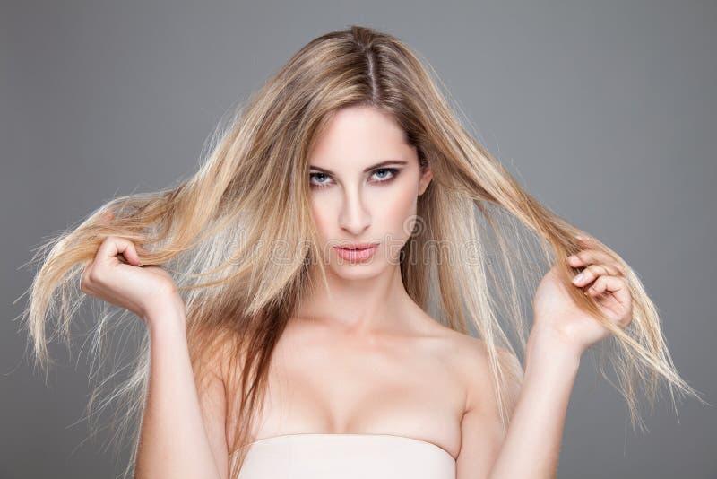 Красивая женщина с длинными грязными волосами стоковое изображение