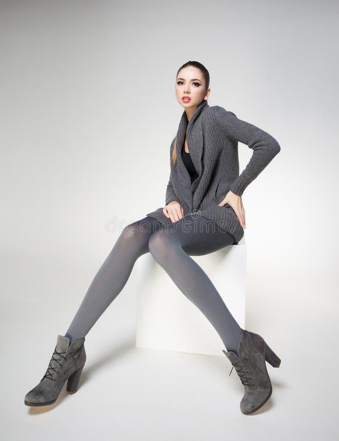 Красивая женщина с длинными сексуальными ногами одела элегантный представлять стоковые изображения rf