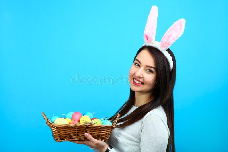Красивая женщина с корзиной пасхальных яя стоковые изображения rf