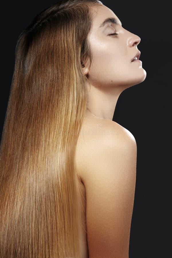 Красивая женщина с красивыми прямыми сияющими волосами, составом моды Состав очарования Красивый ровный стиль причёсок стоковые фото