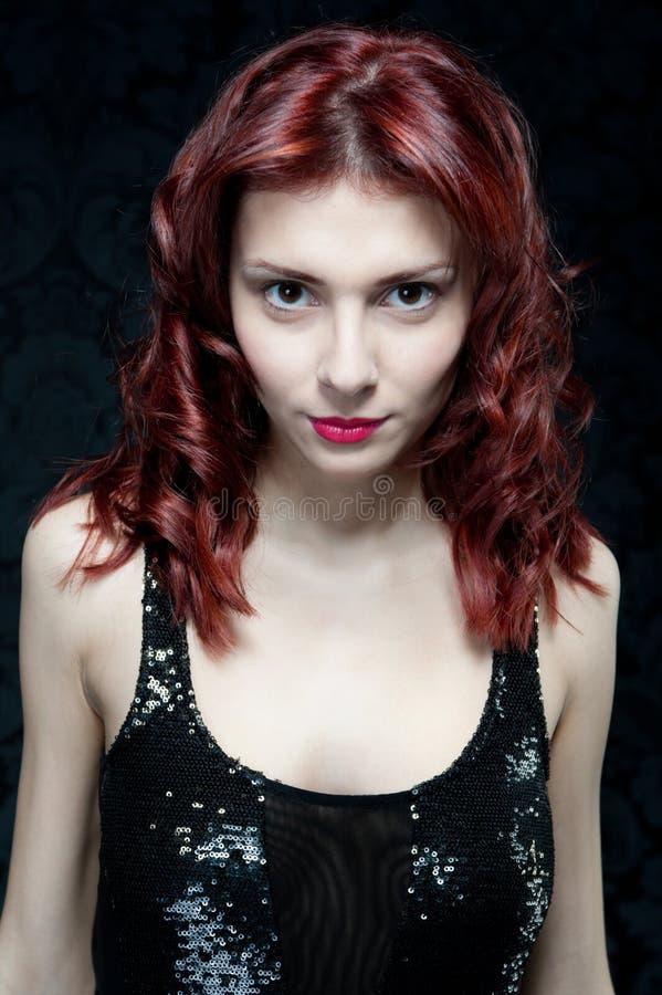 Красивая женщина с красными волосами и черной верхней частью стоковое изображение rf