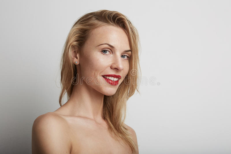 Красивая женщина с красными губами и белокурыми волосами стоковая фотография rf