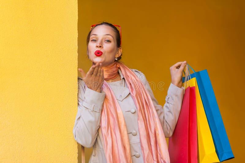 Красивая женщина с красными губами, посылает поцелуй для вас и holdin стоковое фото