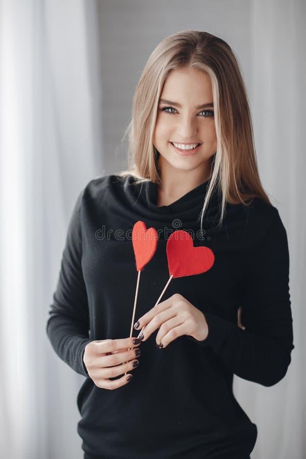Красивая женщина с красными сердцами в дне влюбленности стоковое изображение rf