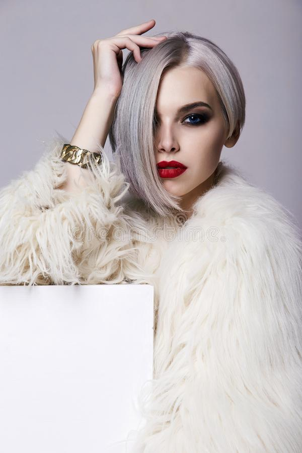 Красивая женщина с красочным стилем причесок, одетым в мехе стоковая фотография rf