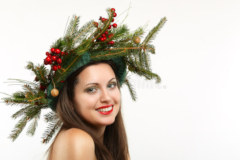 Красивая женщина с кроной зимы стоковые изображения