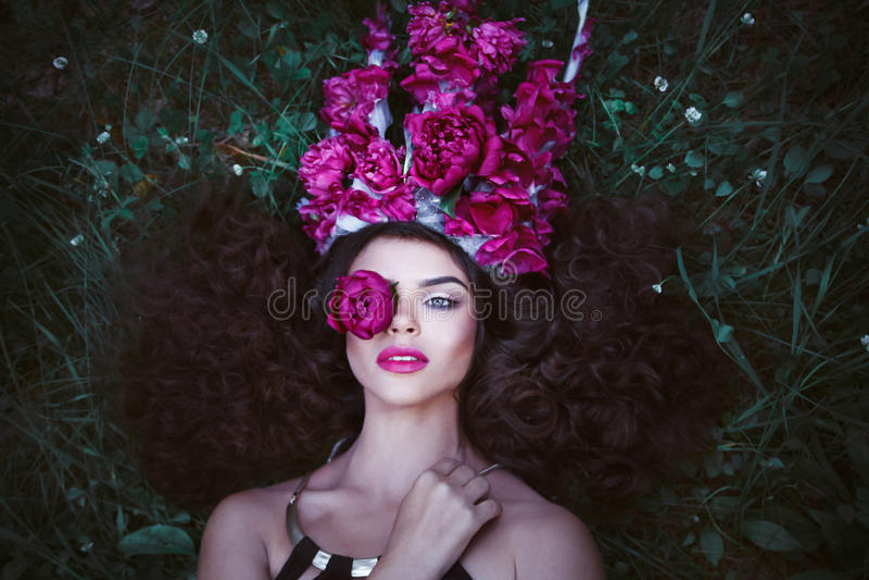 Красивая женщина с кроной от фиолетовых пионов стоковые изображения rf