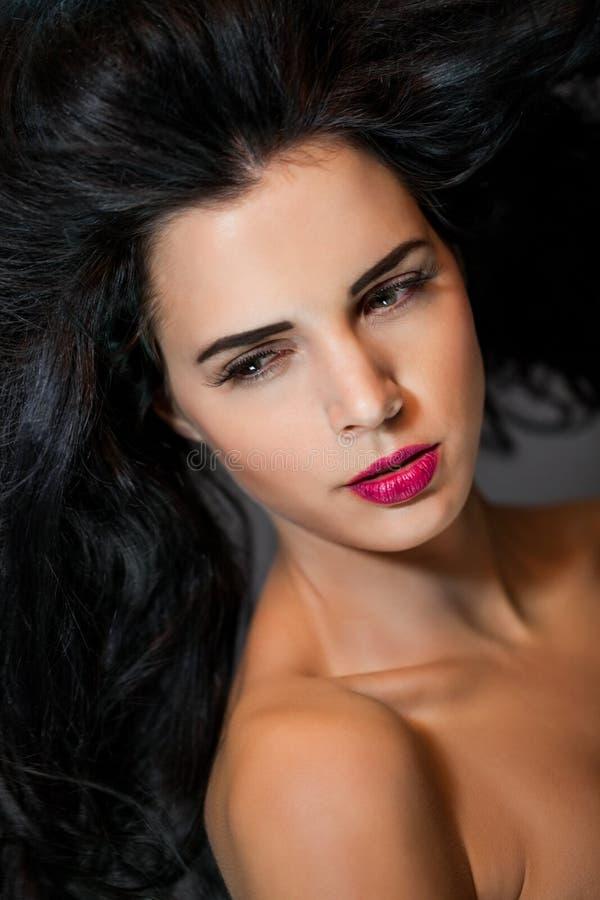 Красивая женщина с нежным спокойным выражением стоковые фото