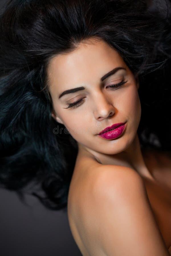 Красивая женщина с нежным спокойным выражением стоковые изображения rf